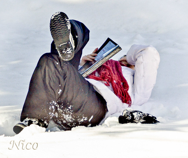 Same girl taking a study break in the snow - Fille prend une pause d'étude dans la neige