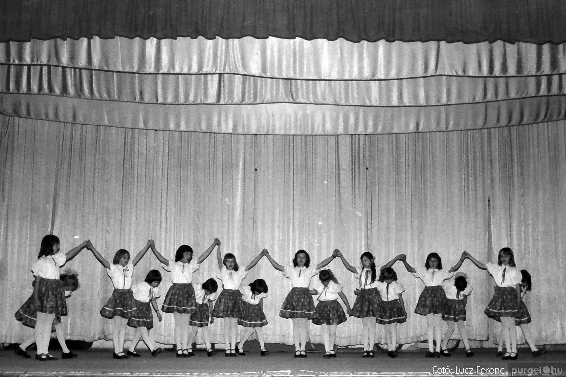 076. 1977. Iskolások fellépése a kultúrházban 019. - Fotó: Lucz Ferenc.jpg