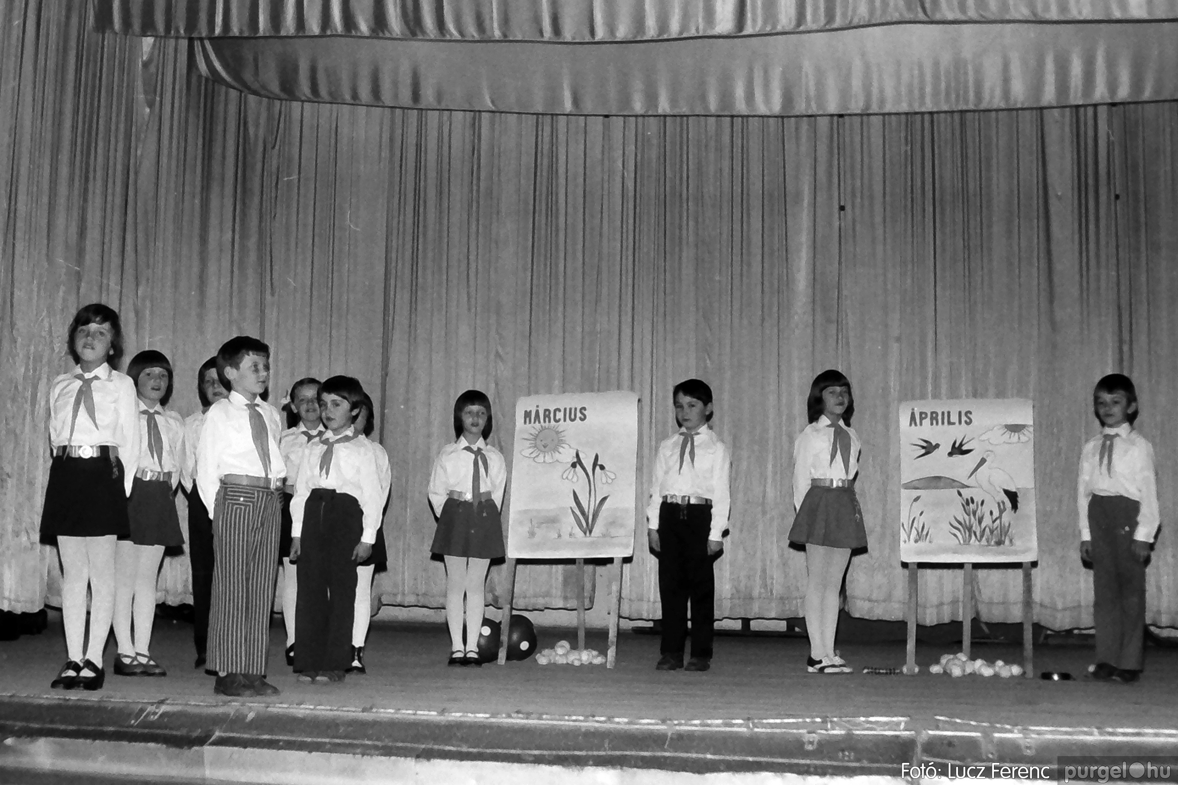 076. 1977. Iskolások fellépése a kultúrházban 016. - Fotó: Lucz Ferenc.jpg