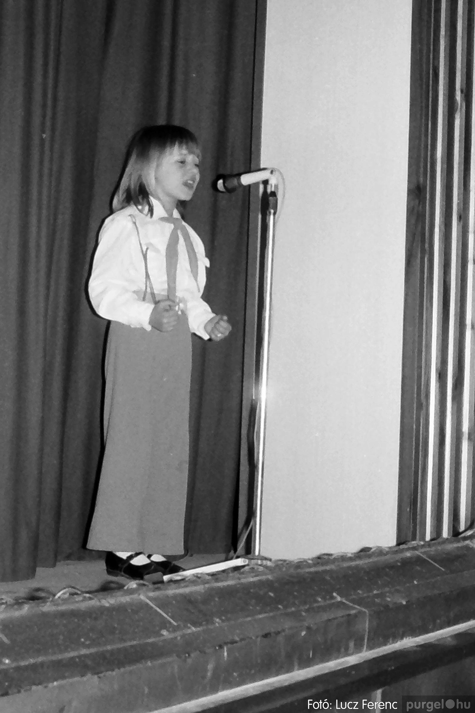 076. 1977. Iskolások fellépése a kultúrházban 009. - Fotó: Lucz Ferenc.jpg