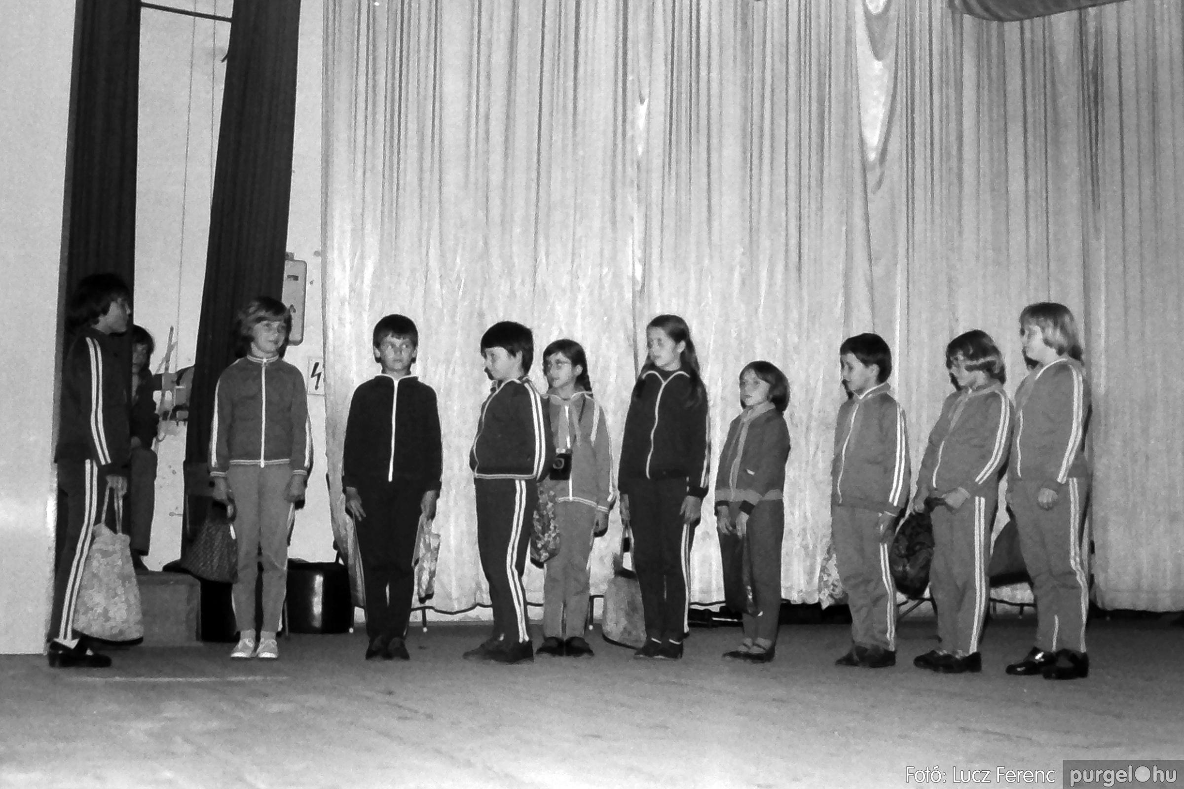 076. 1977. Iskolások fellépése a kultúrházban 007. - Fotó: Lucz Ferenc.jpg