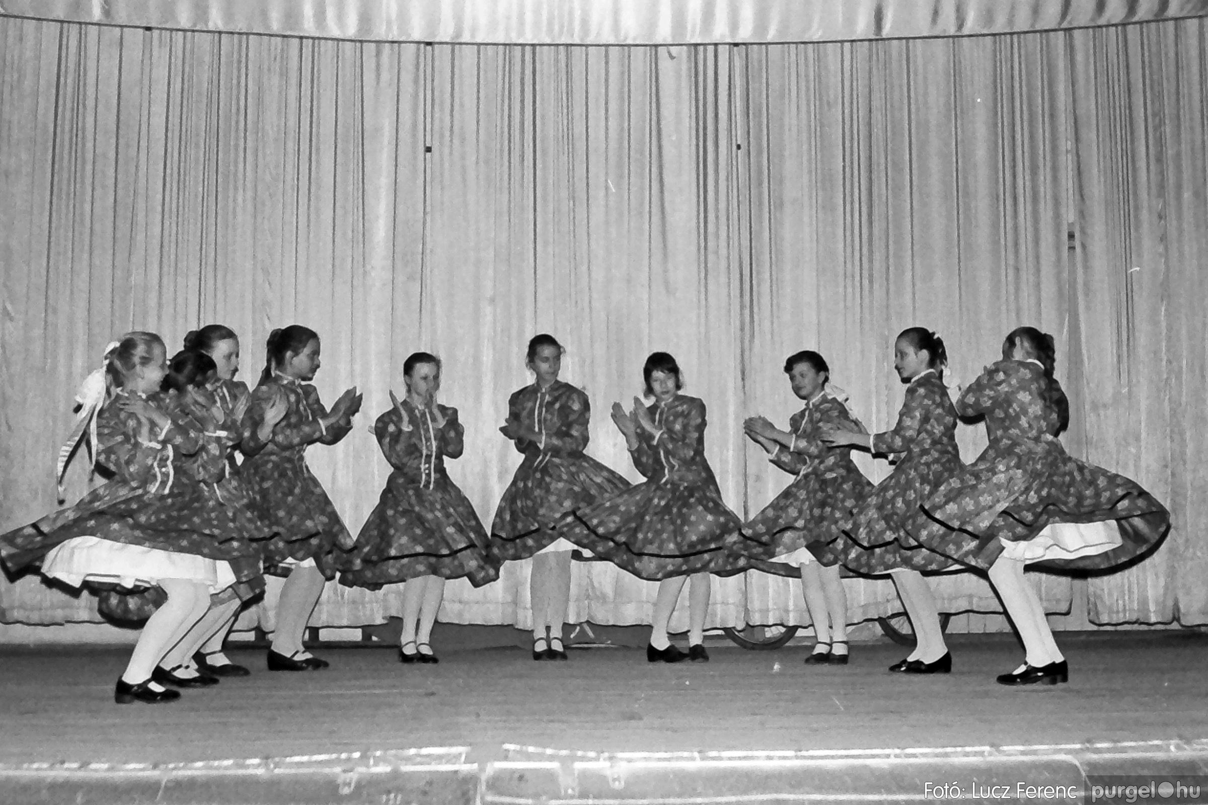 076. 1977. Iskolások fellépése a kultúrházban 006. - Fotó: Lucz Ferenc.jpg