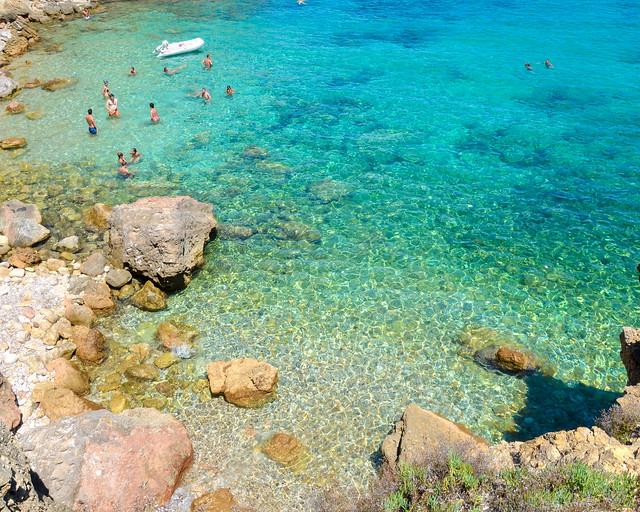 Aguas transparentes en Cala Xarraca