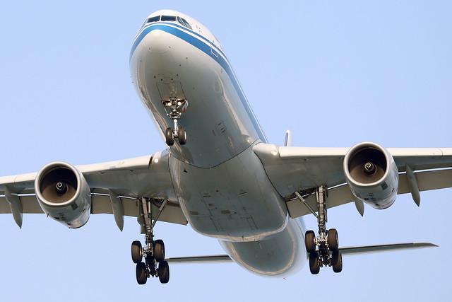 Air China A330-300 B-5948 landing HKG/VHHH