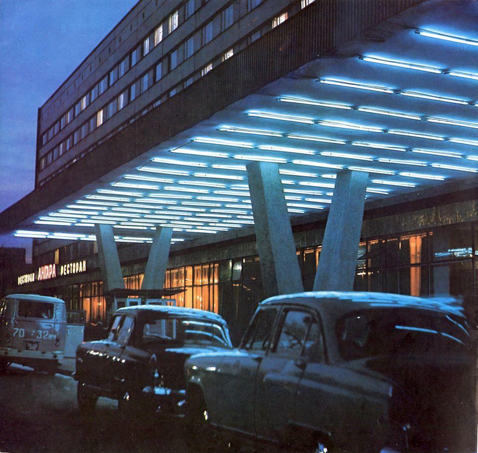 1969. Автомобили у гостиницы «Ангара»