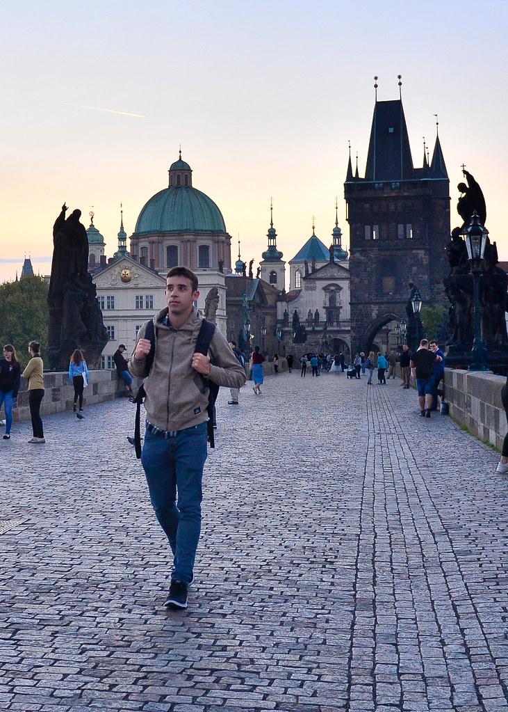Caminando por el puente de Carlos de Praga