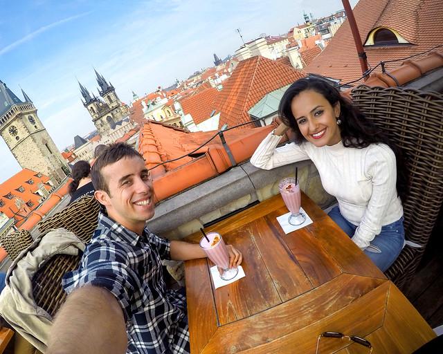 Tomando batidos en la Terraza U Prince de Praga