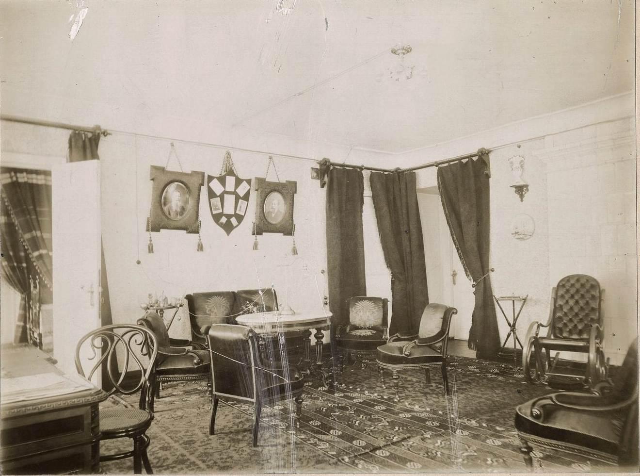 Дамский кабинет в городском доме купцов Малышевых.
