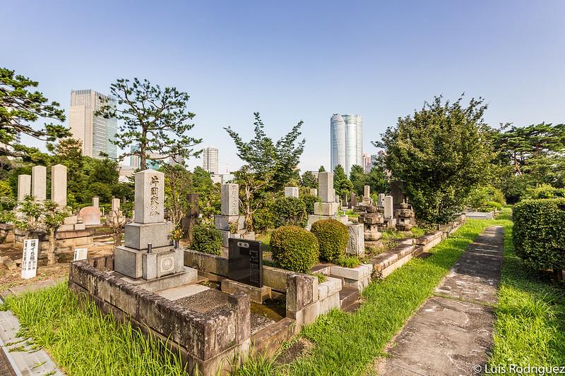 En el cementerio hay todo tipo de tumbas