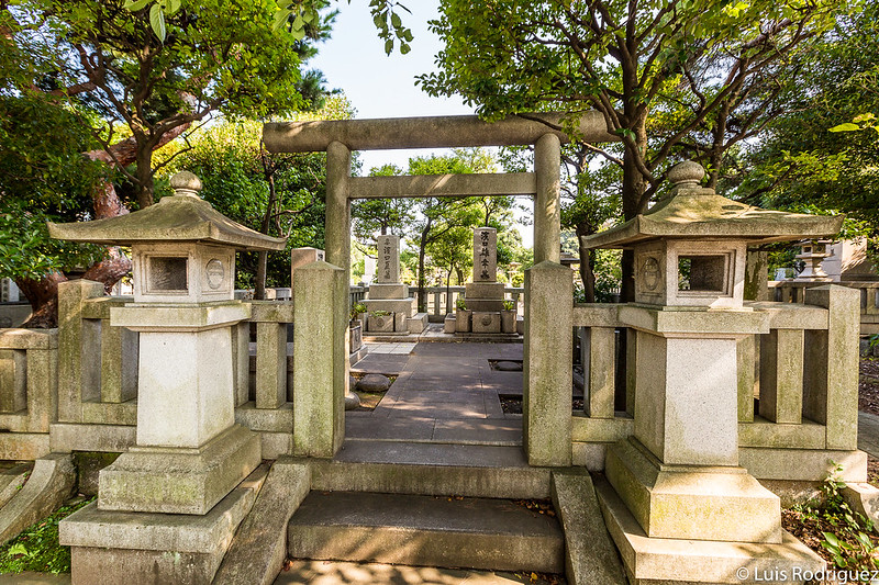Grandes tumbas en el cementerio de Aoyama