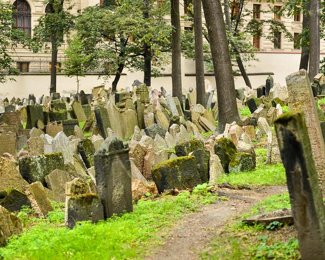 Caminos dentro del cementerio judío de Praga