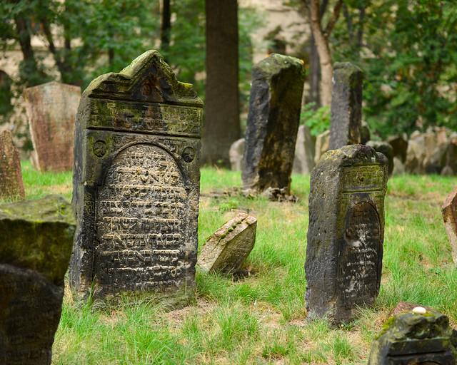 Lápida con inscripciones en hebreo en el cementerio judío de Praga