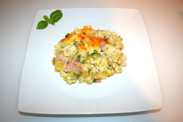 44 - Cauliflower potato casserole with leak, bacon & ham - Served / Blumenkohl-Kartoffel-Auflauf mit Lauch, Speck & Schinken - Serviert