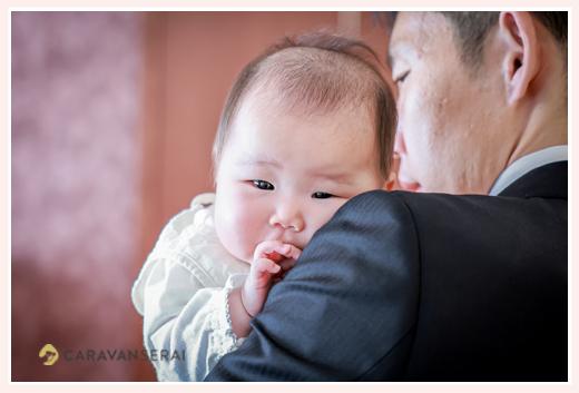生後3か月の赤ちゃん パパに抱っこされて