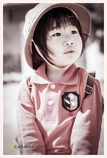 幼稚園入園記念の写真 制服と帽子を身に着けて 3歳の女の子