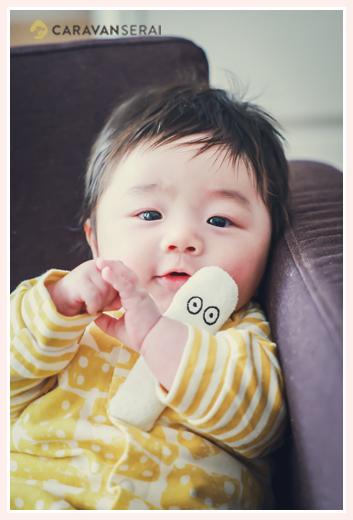 ニョロニョロのぬぐるみを持った赤ちゃん