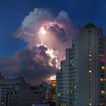 30. Detsember 2020 - 19:18 - São Paulo ( SP ) 30/12/2020 Final de tarde com nuves carregadas e raios na Zona Norte . Foto: Edilson Dantas