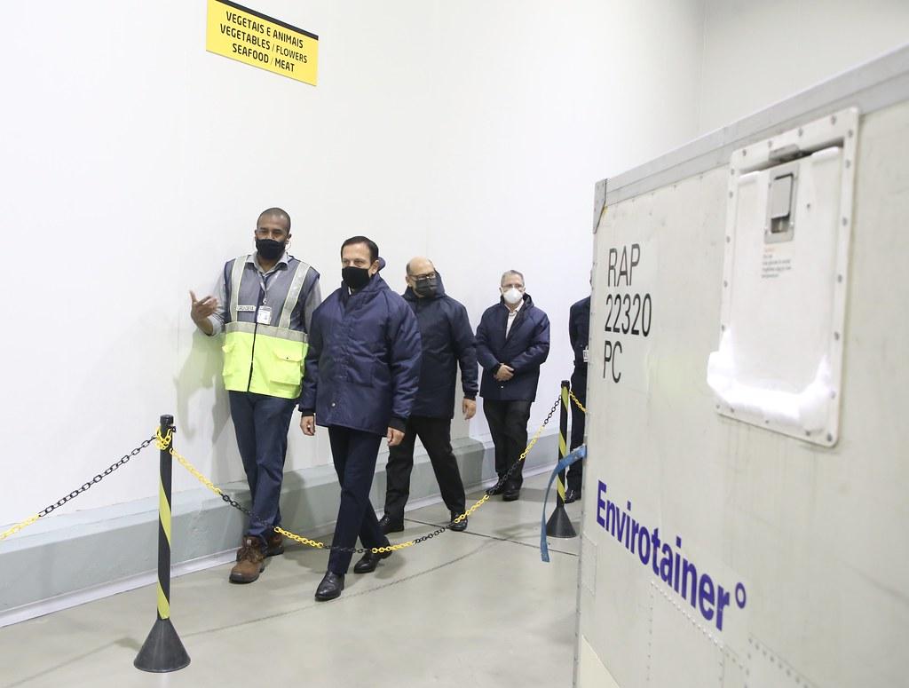 Chegada de insumos para produção de 14 milhões da Coronavac