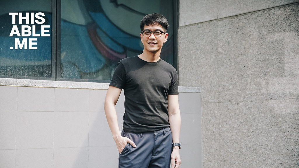 ภาพอาจารย์เจษฎาเอามือใส่กระเป๋ากางเกงด้านซ้ายและยืนยิ้มอยู่