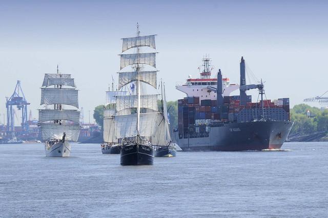 4770 Fotos vom Hamburger Hafengeburtstag - Hochbetrieb auf dem Wasser und an Land.