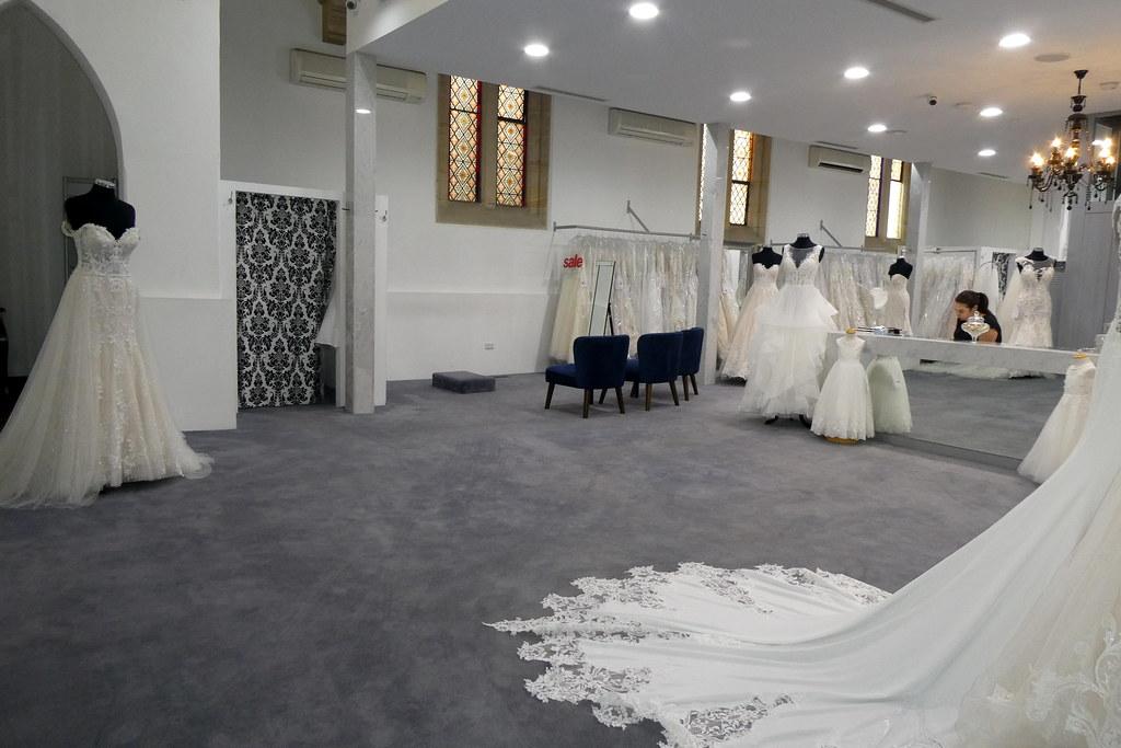 Hochzeitskleid kaufen, in ehemaliger Kirche