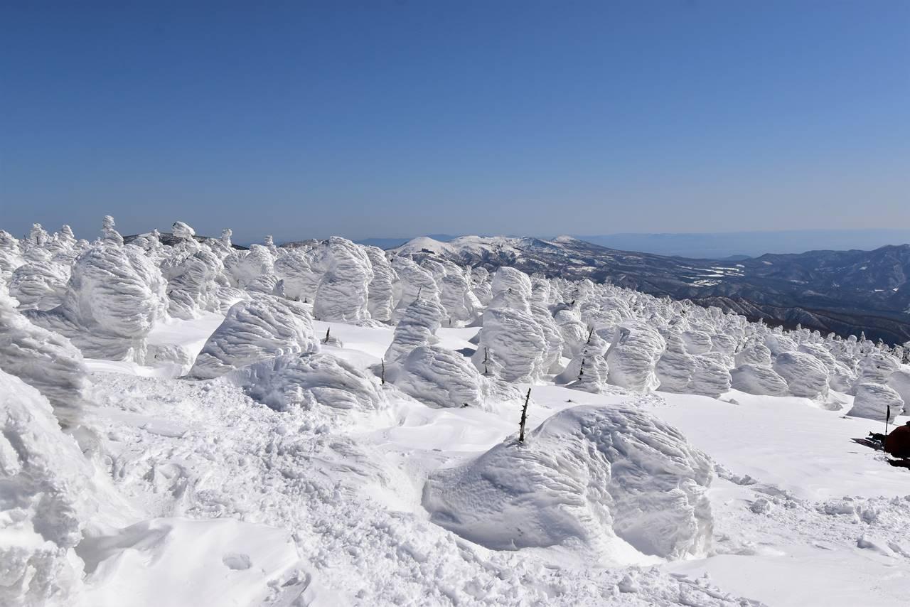 西吾妻山から眺める樹氷と安達太良山