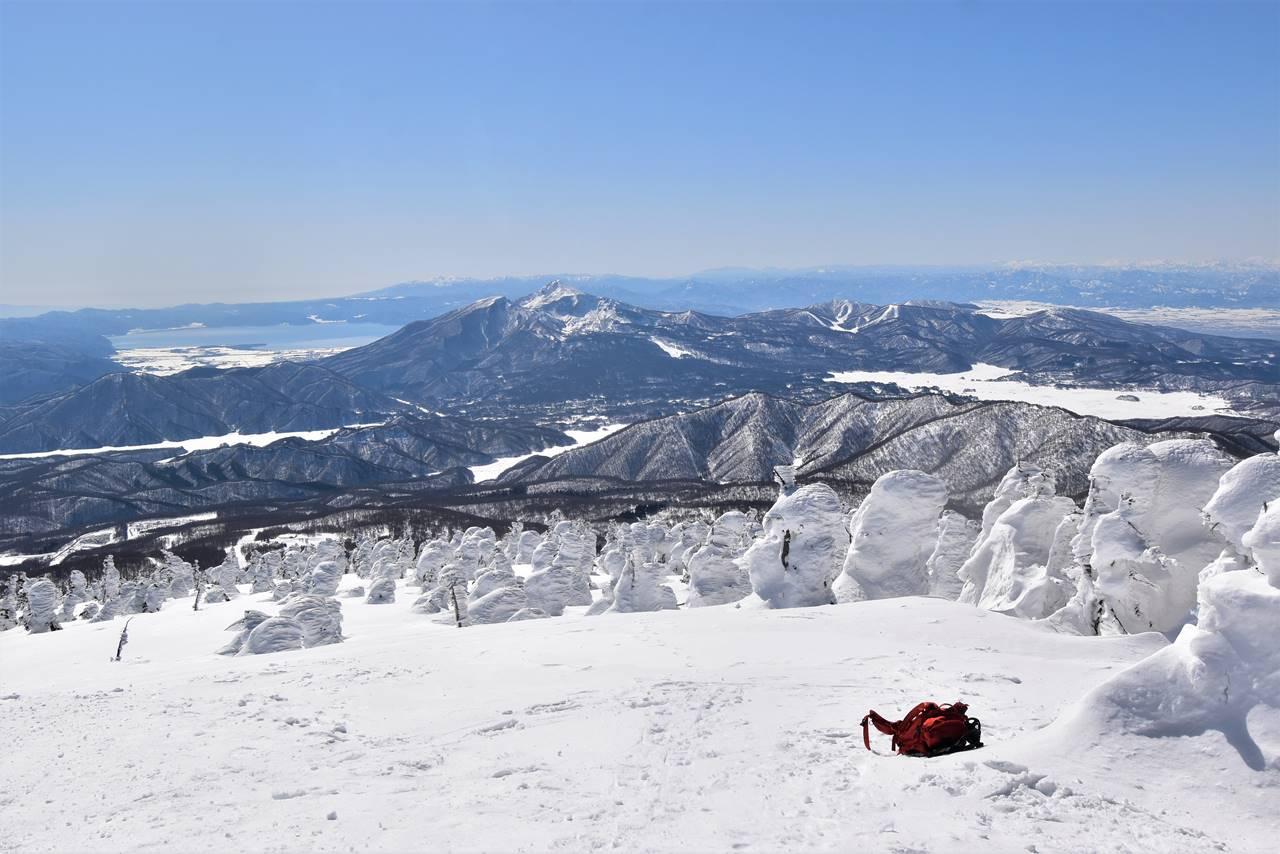 西大巓から眺める樹氷と磐梯山樋苗代湖