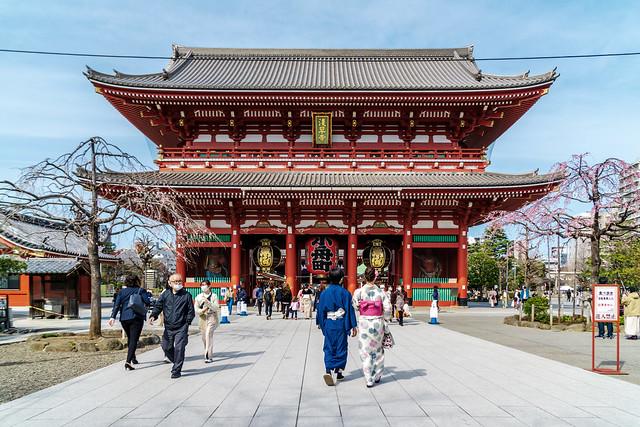 At Hozomon Gate in Sensoji Temple  in Asakusa : 浅草寺 宝蔵門にて