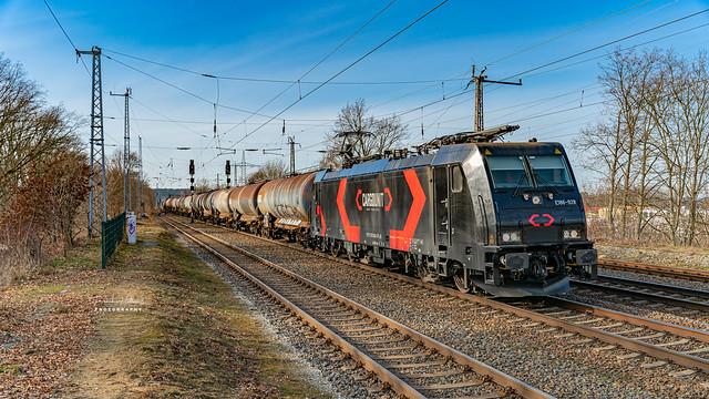 Cargounit E186-928 mit einem Kesselzug am 20.02.2021 in Saarmund