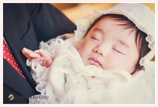 お宮参りの日 ベビードレス姿で眠る赤ちゃん