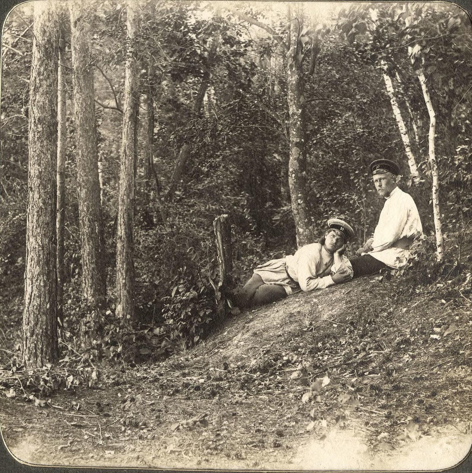Инженеры-изыскатели Н.Н.Вылежинский и А.М.Вихман на отдыхе в лесу