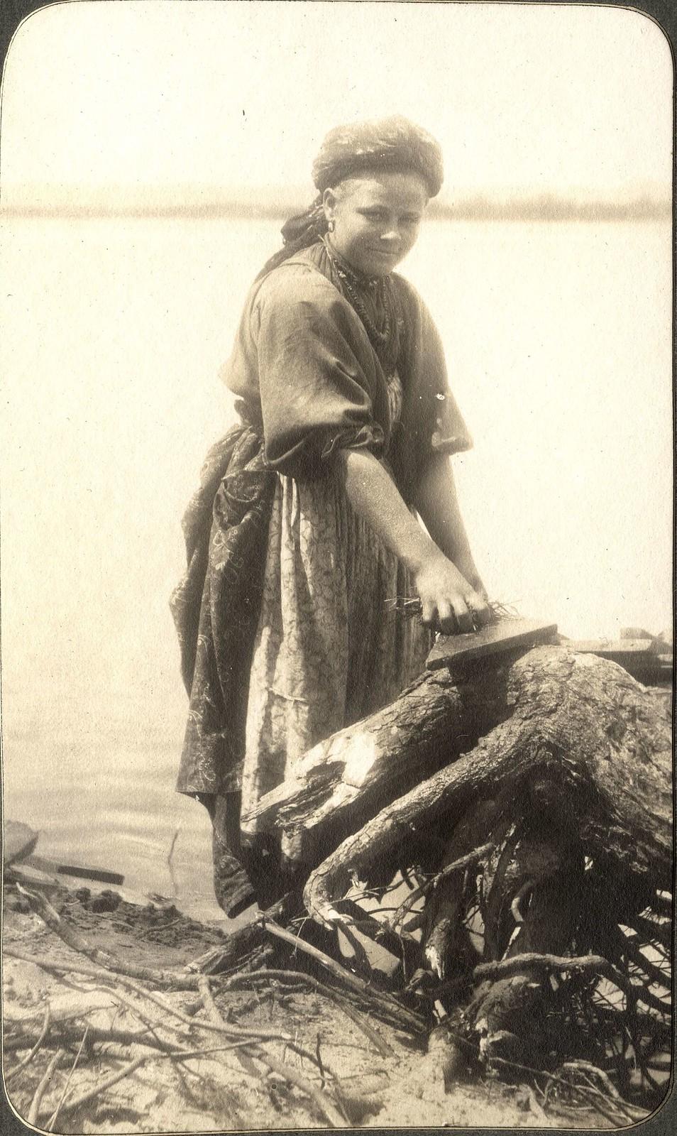 Забайкальская переселенка за работой на берегу реки Зеи