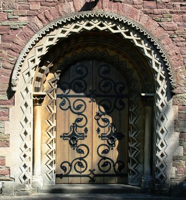 Prif Ddrws Eglwys Neo-Normanaidd y Santes Fair, Malpas