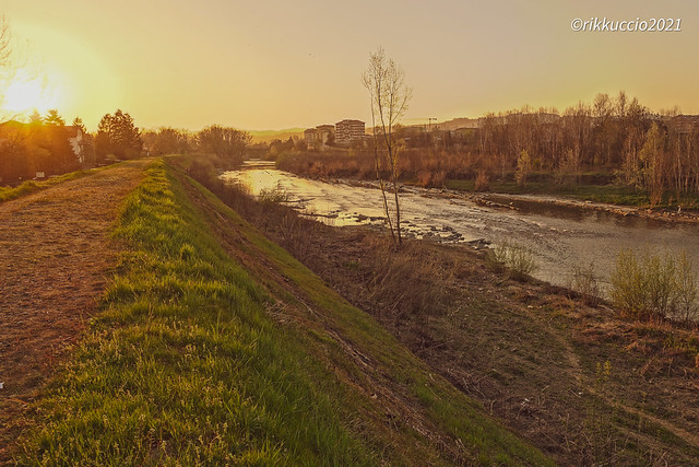 .. tramonto sul lungo fiume .. sunset on the riverside ..