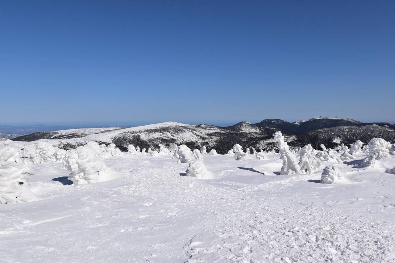 冬の西吾妻山から眺める一切経山