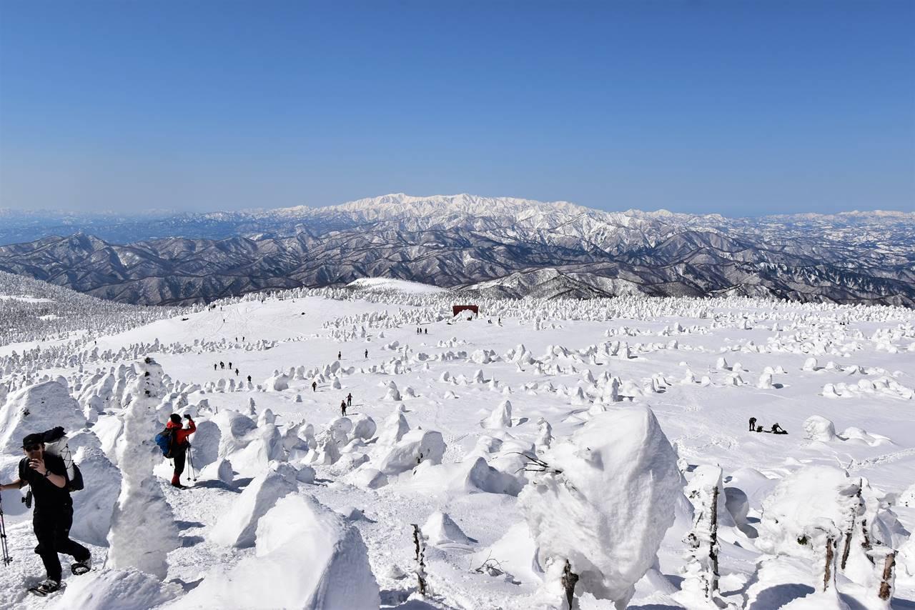西吾妻山の稜線から眺める飯豊山