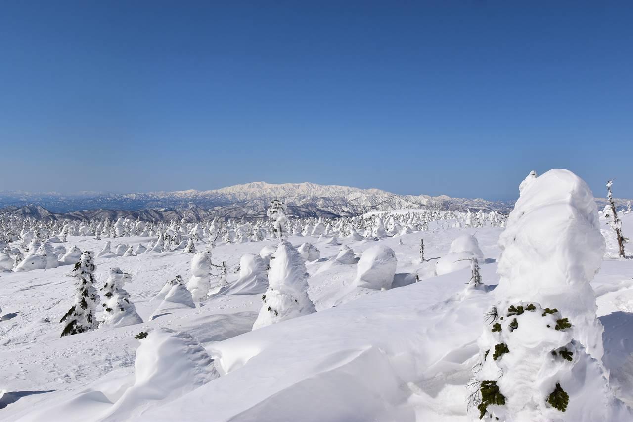 西吾妻山から眺める雪の飯豊連峰