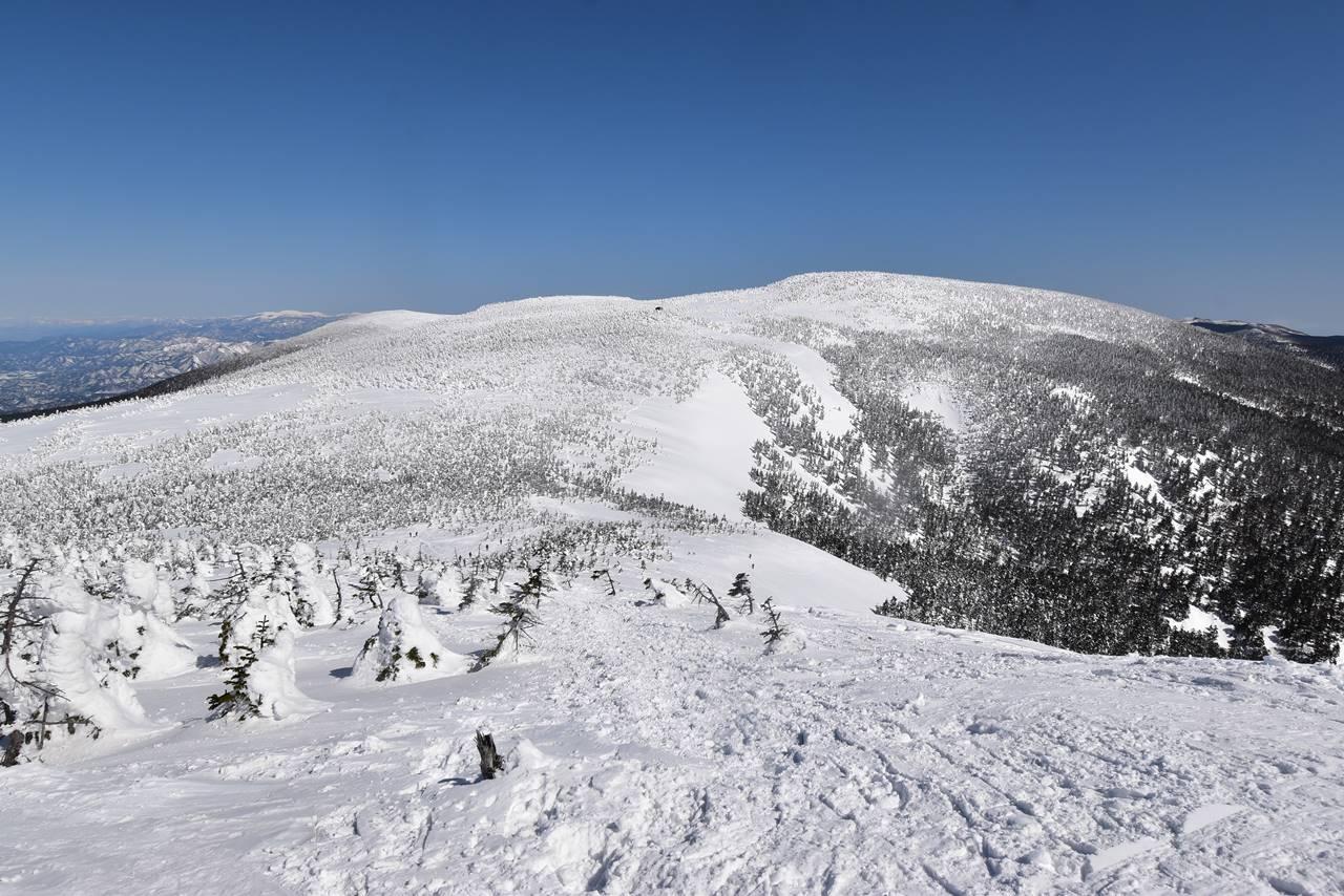 西大巓から眺める西吾妻山と稜線