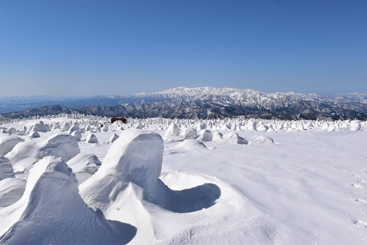 冬の西吾妻山から眺める飯豊山