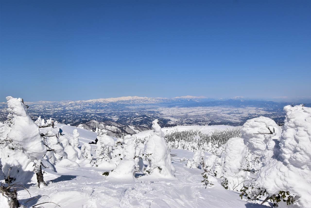 西大巓から眺める朝日連峰と月山