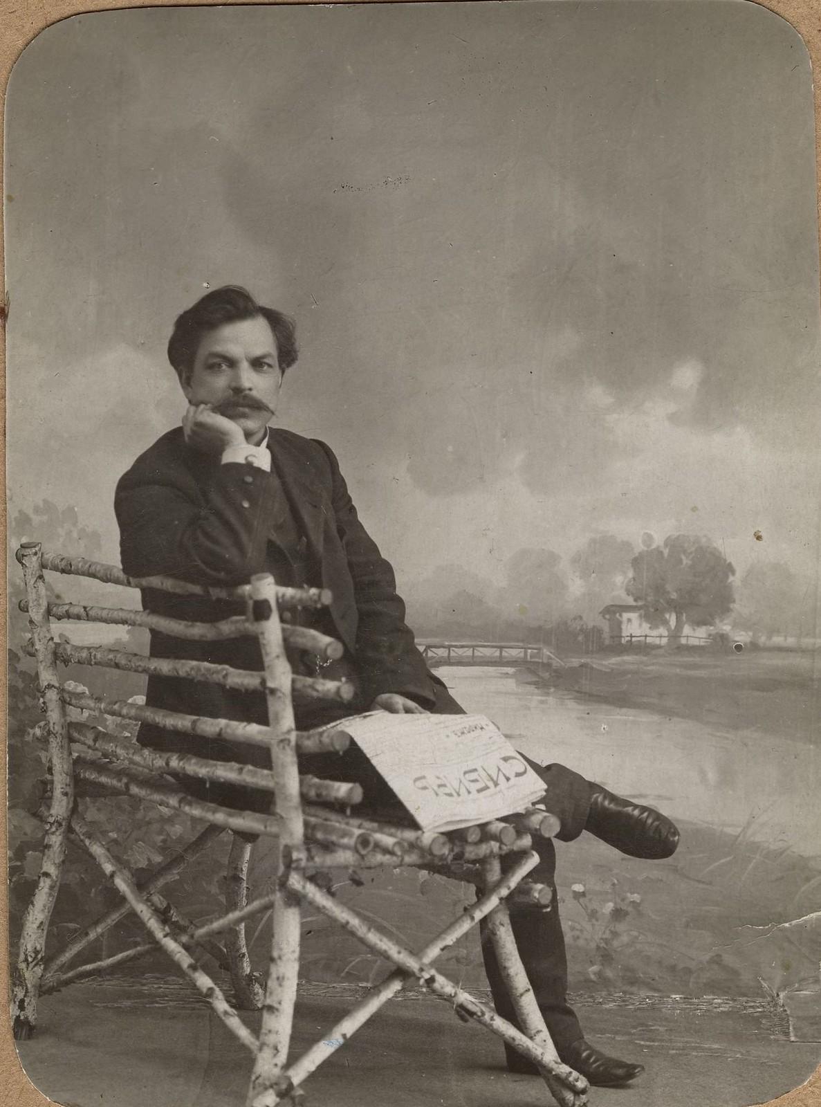 1900-е. Портрет Ф.Ф.Максимова с газетой «Сибирь» в руках