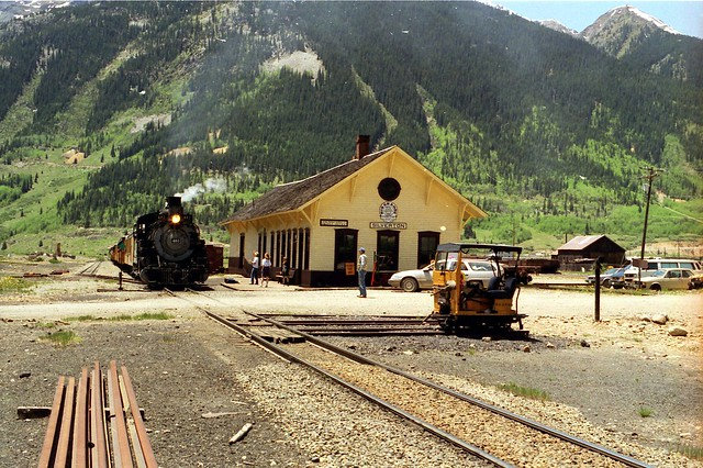 481 rumbles past the Silverton Station