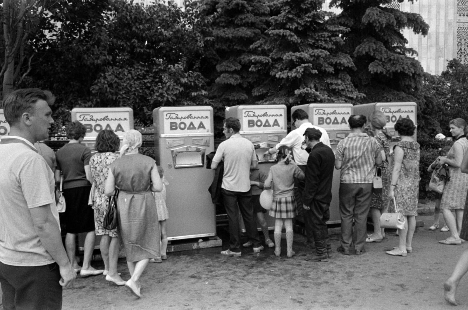 25. Выставка достижений народного хозяйства, на заднем плане - павильон Украины