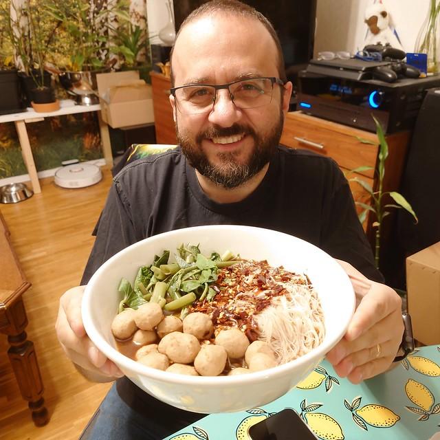 Sopa de fideos con albóndigas / Noodles soup with thai meatballs