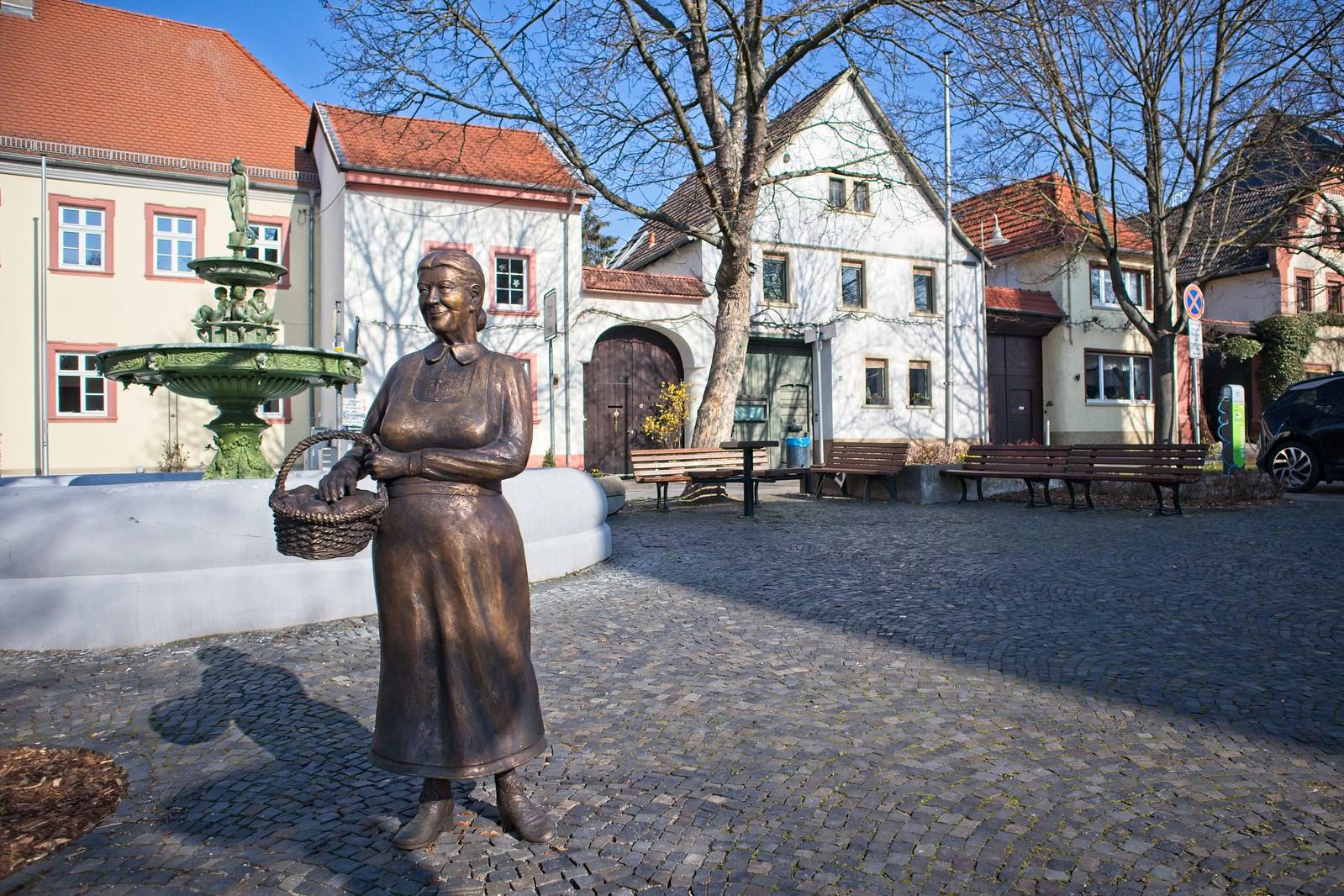 Schweigsame Marktfrau auf dem Marktplatz von Schwabenheim an der Selz (Canon EOS M50, EF-M 15-45mm f/3.5-6.3 IS STM, 15 mm, Manuell, 1/4000 sek @ f/4, ISO 250, EV -1)