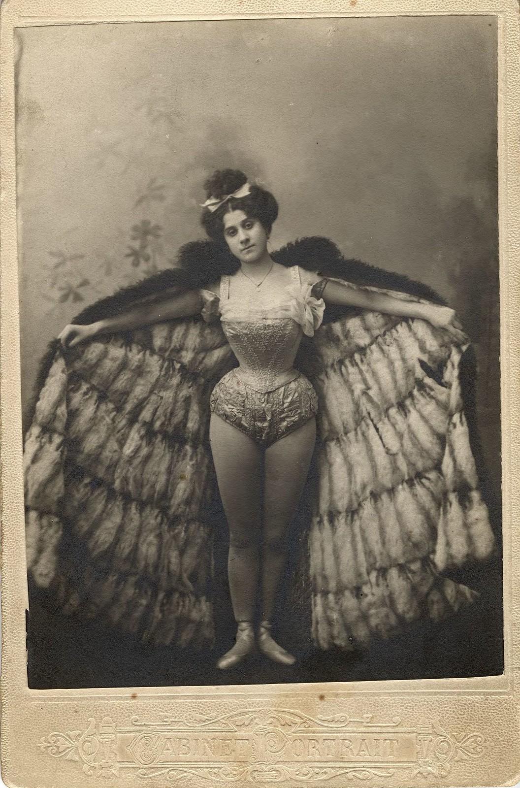 1900-е. Лаврентьева Александра Семеновна, сестра фотографа А.С.Лаврентьева, в балетном костюме