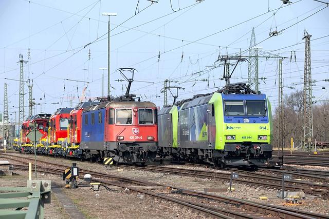SBB Re 4/4 421 374 + BLS 485 014 Basel Badischer Bahnhof