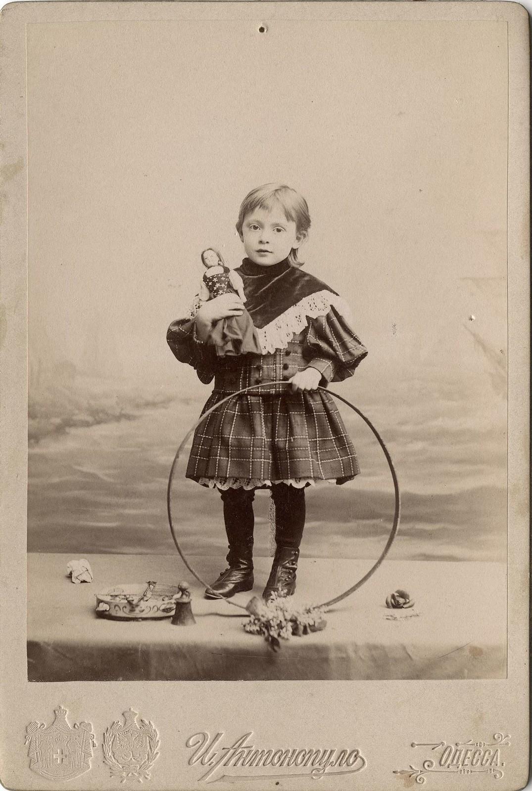 1900-е. Портрет девочки с обручем и куклой