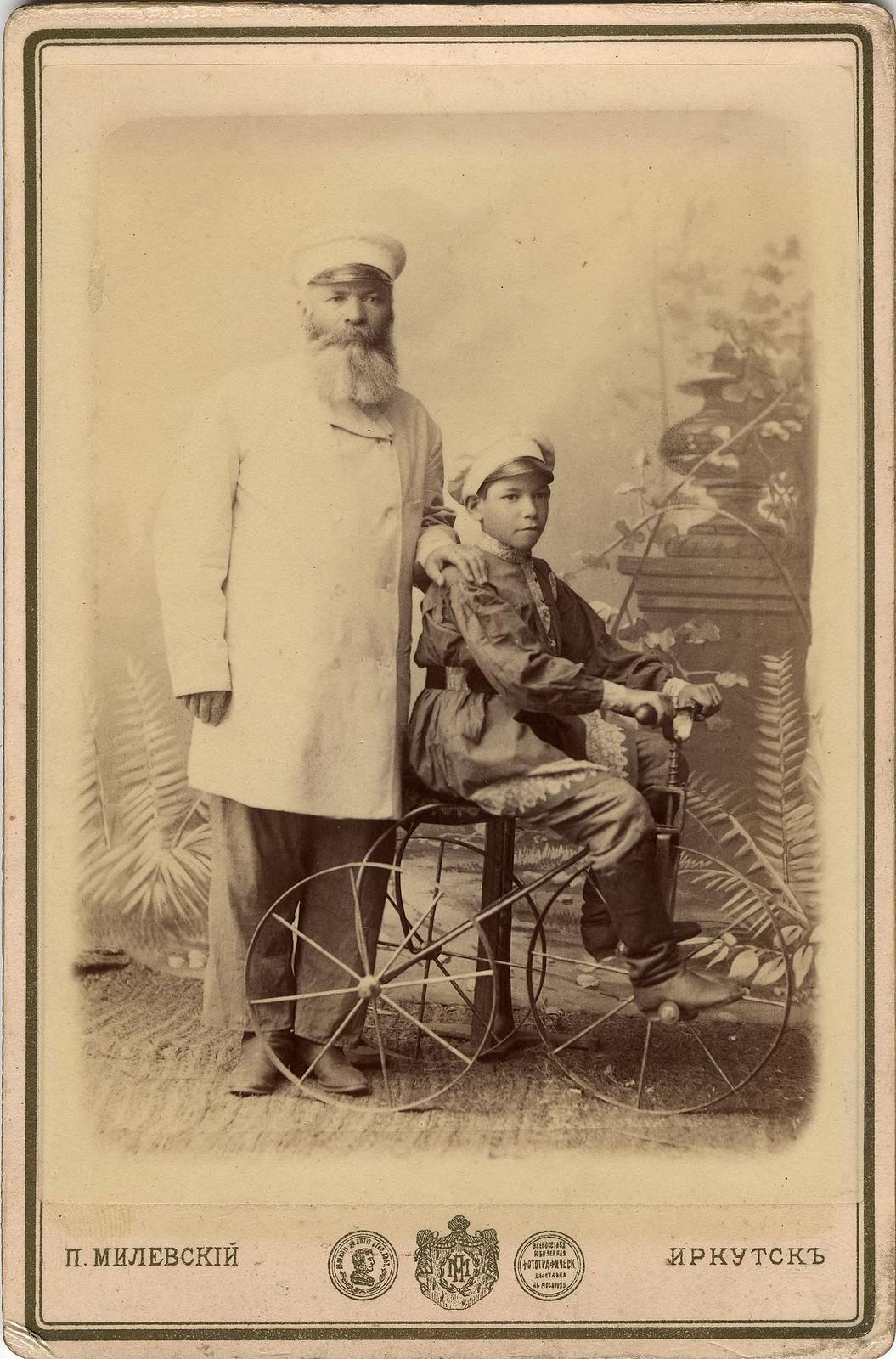 1880. Портрет неизвестного с мальчиком, сидящим на велосипеде.