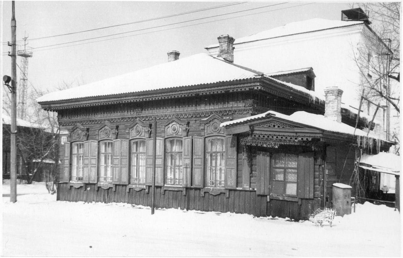 1975.  Дом на углу улиц Сурикова и Гаврилова